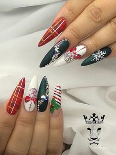 48 Awesome Holiday Nail Art Design Ideas Best For Winter Season - Nails - Nageldesign Chistmas Nails, Cute Christmas Nails, Xmas Nails, Holiday Nail Art, Christmas Nail Art Designs, Christmas Design, Elegant Christmas, Christmas Art, Christmas Decorations