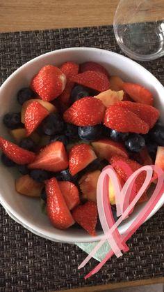 Bowl of berries gourmet breakfast, healthy breakfast recipes, healthy eatin Healthy Breakfast Recipes, Healthy Snacks, Healthy Recipes, Healthy Drinks, Gourmet Breakfast, Tumblr Food, Snap Food, Food Goals, Healthy Fruits