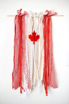 Making this patriotic ribbon flag couldn't be easier! Love this shabby-chic DIY idea! Canada Day Crafts, Canada Day Party, Canada Holiday, Happy Canada Day, O Canada, Diy Ribbon, Flag Decor, Holidays And Events, Decoration