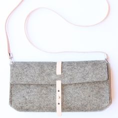 Felt & leather clutch by Rowold in taupe  https://www.rowold.nl/collections/collection-felt/products/felt-clutch-bag-uppsala-vilt-tasje