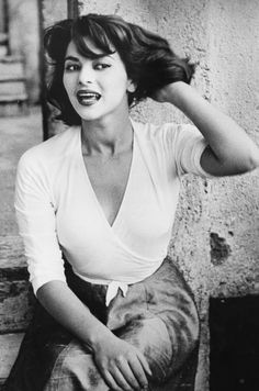 La Dolce Vita Portrait of Italian actress Giovanna Ralli sitting on a stone step. Italian Women Style, Italian Chic, Italian Beauty, Italian Girls, Italian Fashion, Italian Lady, Sicilian Women, Beautiful Italian Women, Italian Clothing