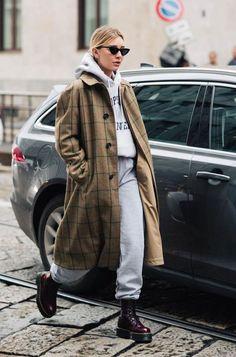 it girl - casaco-xadrez-conjunto-moletom-coturno-verniz - xadrez - meia estação - street style | Se você quer ficar comfy and cool at the same time, aposte em um conjunto de moletom bem soltinho e gostosinho e só jogue um overcoat por cima. Para fechar o look, o coturno burgundy é a aposta certeira!
