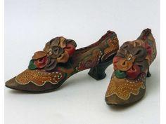 Казанская губерния была крупным центром обувного производства. В Казани работали русские и татарские мастера, изделия которых продавались на…
