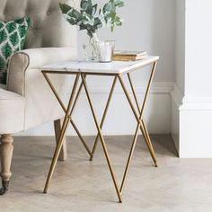Mesa lateral art déco com tampo de mármore e pés dourados.