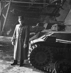 Czaykowski Emánuel mérnök ezredes egy 40M Nimród páncélvadász és légvédelmi gépágyú előtt. Ww2 Tanks, Monster Trucks, Vehicles, Gun Turret, Lineman, Fire, Car, Vehicle, Tools