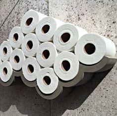 Betonnen toiletrolhouder van Lyon Beton. Keihard beton en zacht papier maken samen een prachtige wolk. In Nederland verkrijgbaar bij www.thefinch.nl Vanaf 98,00     #betonnen #toiletrolhouder #LyonBeton