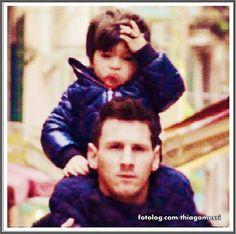 Thiago Messi : Dá pra fazer uma sessão de fotos só de Titi mexendo no cabelinho rs, já virou um toc, e ele deve odiar quando tem de usar touca rs.  Ótimo dia à todos   thiagomessi