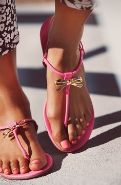 Love these bow thong sandals - 50% off! http://rstyle.me/n/kqtvmnyg6