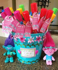 Trolls party favor bucket with troll key chains clipped on - Modernes Trolls Party, Trolls Birthday Party, 4th Birthday Parties, Birthday Ideas, Princess Poppy Birthday Party, Birthday Bash, Third Birthday, Baby Party, Key Chains