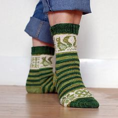 The Squirrel Socks by Pinneguri are knit in a fingering yarn and offered as… Diy Tricot Crochet, Crochet Socks, Knitting Socks, Hand Knitting, Knit Socks, Free Pattern Download, Knitted Booties, Fingering Yarn, Crochet Cross