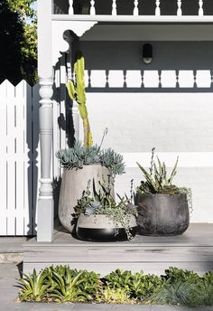 Kerb appeal: 30 ideas for styling your home exterior - Romy Exterior House Colors, Exterior Paint, Bungalow Exterior, Studio Interior, Home Interior, Kerb Appeal, Garden Maintenance, Concrete Planters, Outdoor Areas