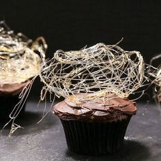 Spin elegantly spooky webs atop decadent Halloween cupcakes to concoct easy party treats. Halloween Cupcakes, Halloween Appetizers, Halloween Dinner, Halloween Desserts, Holiday Desserts, Holiday Treats, Halloween Treats, Party Treats, Haloween Snacks