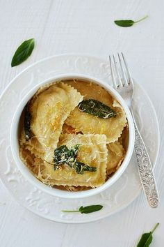 With Brown Butter and Sage Sauce Ravioli with butter and sage sauce - oh my goodness!Ravioli with butter and sage sauce - oh my goodness! I Love Food, Good Food, Yummy Food, Tasty, Pasta Recipes, Dinner Recipes, Cooking Recipes, Rice Recipes, Cooking Tips