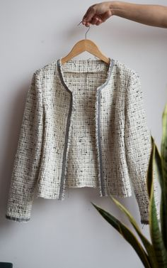 Veste Jackie Clothing Patterns, Dress Patterns, Blazer And T Shirt, Tweed Outfit, Coin Couture, Diy Vetement, Couture Tops, Blazer Fashion, Mode Inspiration