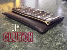 Como hacer clutch con tachuela DIY DIY- BOLSO DE MANO Bolso de mano con tachuelas MATERIALES: Tela de polipiel Tela de forro Tijeras Regla Maquina de coser T...