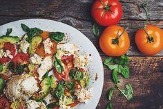 Cette salade de tomates, avocats, mozzarina et basilic frais est un de mes accompagnements préférés pendant la saison estivale. Ce plat délicieux crie vrai