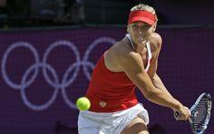 러시아의 마리아 샤라포바은 2012년 8월 4일 (토요일), 2012 년 하계 올림픽에서, 런던에서 윔블던에서 모두 잉글랜드 잔디 테니스 클럽에서 여자 단식 금메달 경기에서 미국의 세레나 윌리엄스에게 주사를 반환합니다. (AP 사진 / 빅터 R. Caivano)를