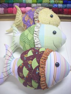 Lots of pillow fish Sewing Toys, Baby Sewing, Sewing Crafts, Cute Pillows, Diy Pillows, Cushions, Fabric Toys, Fabric Crafts, Baby Crafts