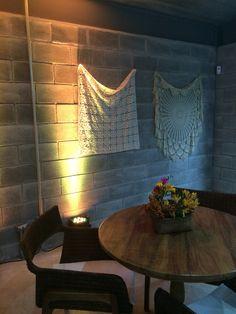 Toalhas de crochê da avó decora e traz aconchego para parede de blocos cinza #CasaIn
