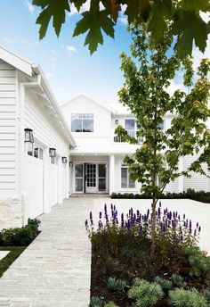 Modern all-white Hamptons-style home exterior Café Exterior, White Exterior Houses, Exterior Remodel, White Houses, Exterior Design, Bungalow Exterior, Craftsman Exterior, Exterior Cladding, Die Hamptons