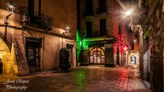 The small square - The small plaça de les castanyes, between the street of les fishteries velles and carrer dels mercaders, one of the many charming corners of Girona. La pequeña plaça de les castanyes, entre las calle de les peixeteries velles y carrer dels mercaders, uno de los muchos rincones con encanto de Girona.