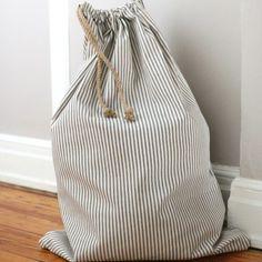 Learn to sew a simple drawstring laundry bag. Goed idee voor op de slaapkamer, misschien kan ik dit wel maken met vuilafstotende stof
