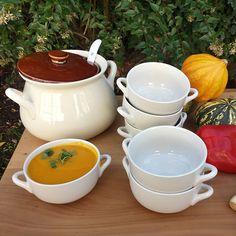 Me encanta! un precioso caldero de brujita para servir las más reconfortantes sopas del invierno en preciosos y delicados platos soperos. www.labellezadelascosas.com