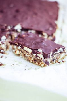 Healthy no-bake snickers cake! Healthy Deserts, Healthy Cake, Vegan Cake, Healthy Sweets, Healthy Baking, Raw Food Recipes, Dessert Recipes, Snickers Cake, Sugar Free Sweets