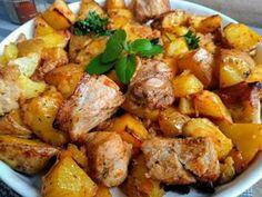 Brambory ve slupce omyjeme a pokrájíme na větší kousky, dáme je stranou. Vepřový bůček (plec) pokrájíme na kostky a položíme do pekáčku... Marinade Sauce, Ham, Sweet Potato, Potato Salad, Recipies, Curry, Food And Drink, Treats, Vegetables