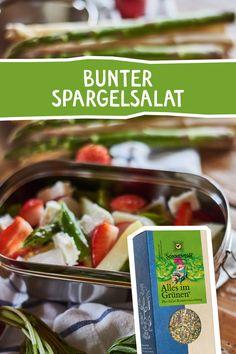 """Grüner und weißer Spargel finden sich mit Radieschen und Erdbeeren zu einem frischen Genießer-Salat zusammen. Verfeinert wird dieses sommerliche Salat-Gedicht mit unseren """"Alles im Grünen"""" Bio Salatkräutern. #spargel #salat #salatkräuter #salatgewürz #kräuter #würzen #gewürze #rezept #spargelzeit #togo #foodie #rezeptidee #allesimgrünen Feta, Kraut, Dressings, Tacos, Mexican, Chicken, Ethnic Recipes, Asparagus Salad, Strawberries"""