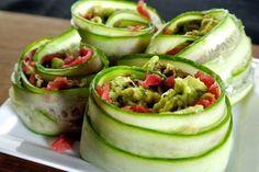 100 g carpaccio, 1 komkommer in lange reepjes (kaasschaaf). Avocadodip: 1 avocado, 1/2 gesnipperd sjalotje, 1 eetl zongedroogde tomaten, 1 eetl pijnboompitten, snufje chilipeper, zout en peper. Prak de avocado tot een mousse, voeg hier de andere ingrediënten aan toe. Leg de carpaccio boven op de komkommerreepjes, besmeer met avocadomengsel en rol op