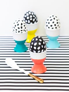 Present your Easter eggs in style with these DIY paint dipped egg cups. Such an easy way to display your favorite dyed or painted eggs!