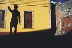 Où qu'il aille, d'Istanbul aux Amazones, du Mexique à Haïti, Alex Webb prend le pouls du monde dans la rue, non comme un voleur de vies, mais comme un ambassadeur du regard des peuples, là où se lisent les joies mais aussi les souffrances et les drames.