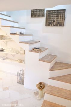 - Stairway Designs & Ideas - Vivre Shabby Chic: CASA: rivestire in legno una scala interna Vivre Shabby Chic: CASA: covering an i. Basement Stairs, House Stairs, Staircase Design, Shabby Chic Homes, Stairways, Home Deco, Home Interior Design, House Plans, New Homes