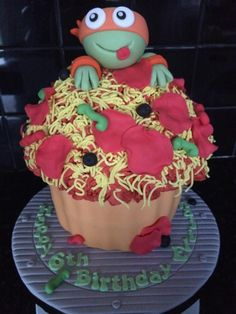What with Michelangelo being the birthday boys favourite turtle, it would've been rude not to have designed a cake around him! Love this cheeky little pizza cake. Ninja Party, Ninja Turtle Party, Ninja Turtles, Giant Cupcake Cakes, Fondant Cakes, Ninja Turtle Cupcakes, Turtle Cakes, Giant Cookie Recipes, Boy Birthday