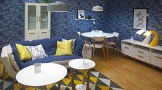 SUVI-sohva, APRIL-sohvapöytä, APRIL-vitriini, APRIL-ruokaryhmä, TRIO-matto ja SWAN-valaisin Tampereen Hakametsän myymälässä. #sisustusidea #sisustaminen #sisustusinspiraatio #askohuonekalut #sisustusidea #sisustusideat