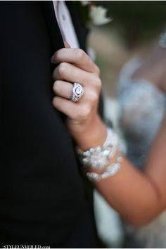 Para que se vean los anillos, Novios acariciando Rostro