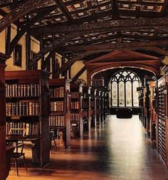Places from Harry Potter Movies You Should Visit - The Bodleian Library. It is the main research library of Oxford. It was the stage in the first two Harry Potter films to shoot scenes between books of the great library of Hogwarts Oxford England, London England, England Uk, Hogwarts Library, Harry Potter Library, College Problems, Beautiful Library, Dream Library, Library Books