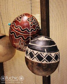 Artesanato Brasileiro para você usar: bolsinhas feitas de cuia no Amazonas. | Veja onde adquirir nossas peças em http://www.fuchic.com.br/#!enderecosfuchic/cq3z  //   Brazilian crafts for you to use: small bags made of gourd in the Amazon. | See where to get our products: http://www.fuchic.com.br/#!enderecosfuchic/cq3z  #fuchic #nafuchictem #lojafuchic #fuchiciguatemi #iguatemialphaville @iguatemialphaville #bolsacuia #amazonas #artepopular #artepopularbrasileira #brasil #brazil #handmade