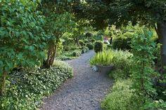 sten i rabatt En grusgng kan vara vacker i mnga sa - rabatt Lawn And Garden, Garden Paths, Garden Art, Types Of Flowers, Types Of Plants, Yard Stones, Garden Buildings, Diy Garden Decor, Garden Ideas