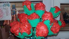 Roses de Sant Jordi. Ouera pintada i paper de diari arrugat i xucat amb tèmpera i vernís barrejat.
