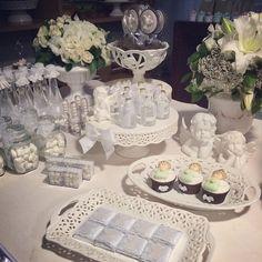 Batizado branco lindo com personalizados @datapersonalizada peças e flores @verofestas e @criaturinhachic @cursosdaju e doces @carlotafesta #wsfestejarepreciso #hheventos #festejaremgoiania - @jufrancozo- #webstagram