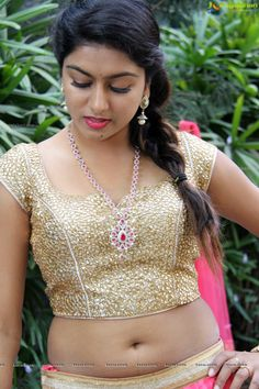 Telugu Actress Sai Akshita Navel Images in Saree so Beautiful and amazing. She looked absolutely sensational as she paraded her eye-popping figure in saree lehenga exposing her tiny navel. Hot Actresses, Indian Actresses, Indian Navel, Navel Hot, Actress Navel, Saree Navel, Saree Models, Sexy Blouse, Most Beautiful Indian Actress