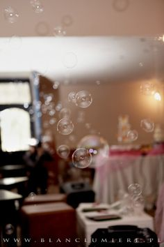 Niebanalna oprawa podczas pierwszego tańca? Dlaczego nie?! :) http://czekoladowefontanny-imprezy.pl/banki-mydlane.html