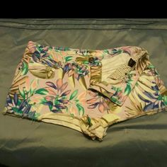 VICTORIA'S SECRET BOYFRIEND SHORTS HAWAIIAN PRINT VICTORIA'S SECRET ~ BOYFRIEND SHORTS HAWAIIAN PRINT~ STRETCH  SIZE 6 5 POCKET SHORTS FRONT ZIPPER  78% COTTON 13% VISCOSE 7% POLYESTER  2% ELASTANE W/30 L/ 10 TOP OF SHORT TO BOTTOM  L/2 FROM CROTCH TO BOTTOM OF SHORTS NEW WITH OUT TAGS Victoria's Secret Shorts Jean Shorts