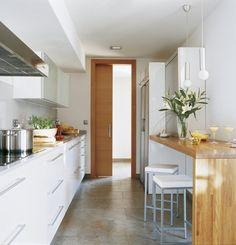 Zdjęcie: wąska lada jako stół przy ścianie w małej kuchni