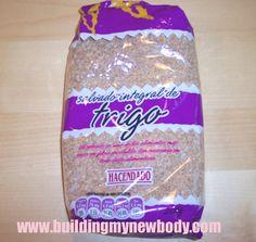 El salvado integral de trigo, es uno de los alimentos más ricos en fibra insoluble. Cada 100g aporta un 50% de fibra aproximadamente, por tanto es ideal para regular el tránsito intestinal. El consumo recomendado diario es de 20- 40g (2-4 cucharadas diarias) por lo que una bolsita os durará 5-10 días. Yo suelo mezclarlo en yogures, leche, macedonias de frutas... Este lo compré en el Mercadona (HACENDADO) y cuesta menos de 2 Euros. Como todos los alimentos con trigo, contiene gluten por lo…