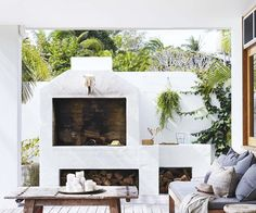 🌟Tante S!fr@ loves this📌🌟Relaxed all-white Byron Bay home with upcycled details Modern Grey Kitchen, Grey Kitchen Designs, Outdoor Rooms, Outdoor Dining, Modern Outdoor Fireplace, Covered Back Patio, Bbq Area, Art Deco, Fireplace Design