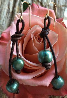 Een persoonlijke favoriet uit mijn Etsy shop https://www.etsy.com/listing/258323618/knotted-leather-earrings-with-green-or