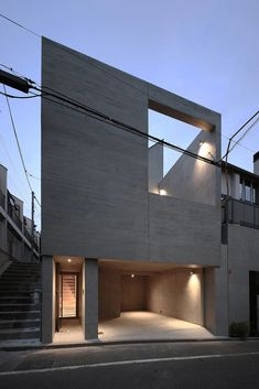 TKR is a minimal home located in Tokyo, Japan, designed by Atelier Salt. Japanese Architecture, Light Architecture, Architecture Design, Arch House, Facade House, Small Japanese House, Narrow House Designs, Architectural Lighting Design, Modern Townhouse